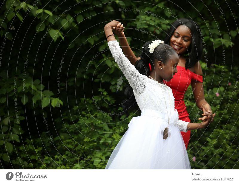 Gloria und Arabella feminin Mädchen Frau Erwachsene 2 Mensch Pflanze Baum Park Kleid Schmuck Halskette Haarband schwarzhaarig langhaarig Zopf Bewegung Erholung