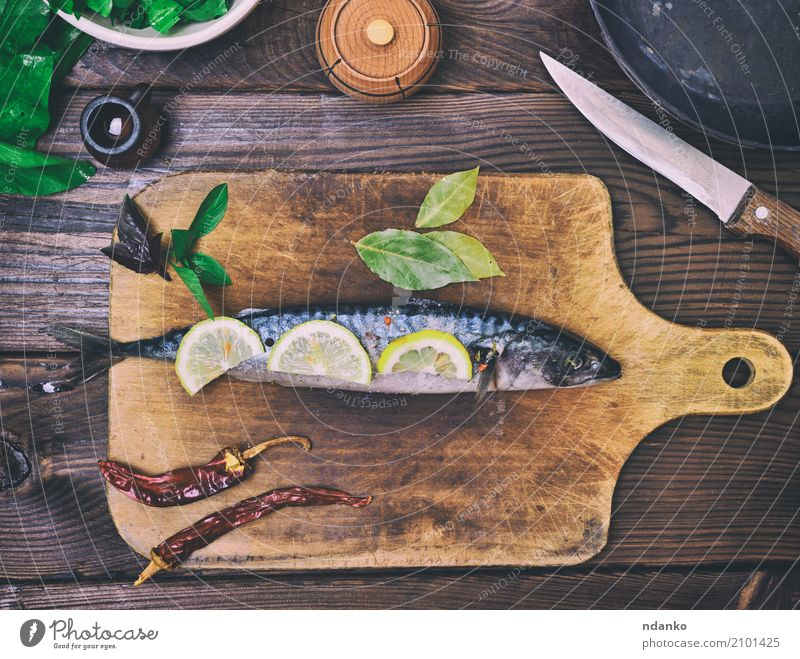 Makrele auf einem hölzernen Küchenbrett Fisch Meeresfrüchte Kräuter & Gewürze Ernährung Mittagessen Abendessen Diät Pfanne Messer Tisch Restaurant Gastronomie
