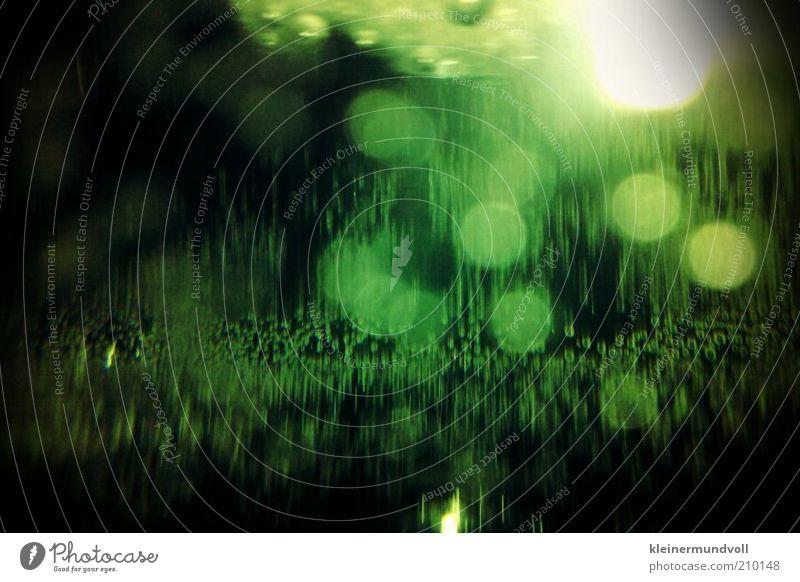 Gin Toxic grün schwarz gelb glänzend Glas Getränk retro außergewöhnlich Symbole & Metaphern Alkohol bizarr Surrealismus seltsam Sekt Makroaufnahme