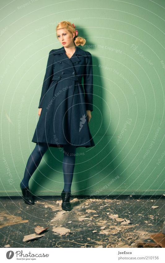 grün und blau 02. Frau Mensch schön grün blau Leben Erholung Wand Gefühle Stil Traurigkeit Mauer Raum Mode blond Erwachsene