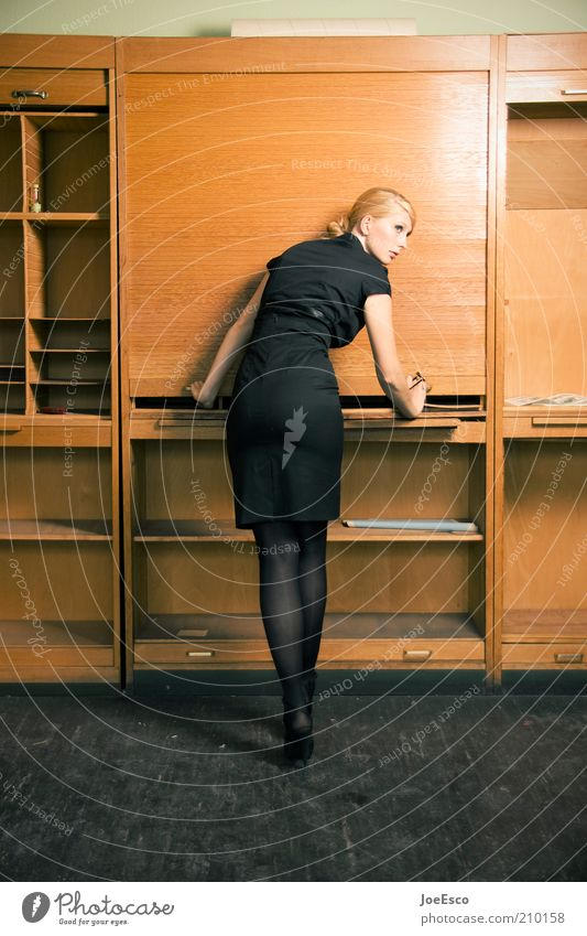 feierabend. Lifestyle elegant Stil schön Bildung Studium Arbeit & Erwerbstätigkeit Arbeitsplatz Büro Wirtschaft Business Unternehmen Mensch Frau Erwachsene