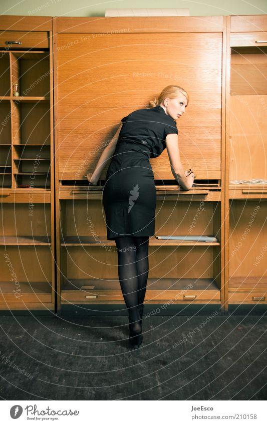 feierabend. Frau Mensch schön Erotik Leben kalt Arbeit & Erwerbstätigkeit Gefühle Stil Büro Business Mode Erwachsene elegant Lifestyle Studium