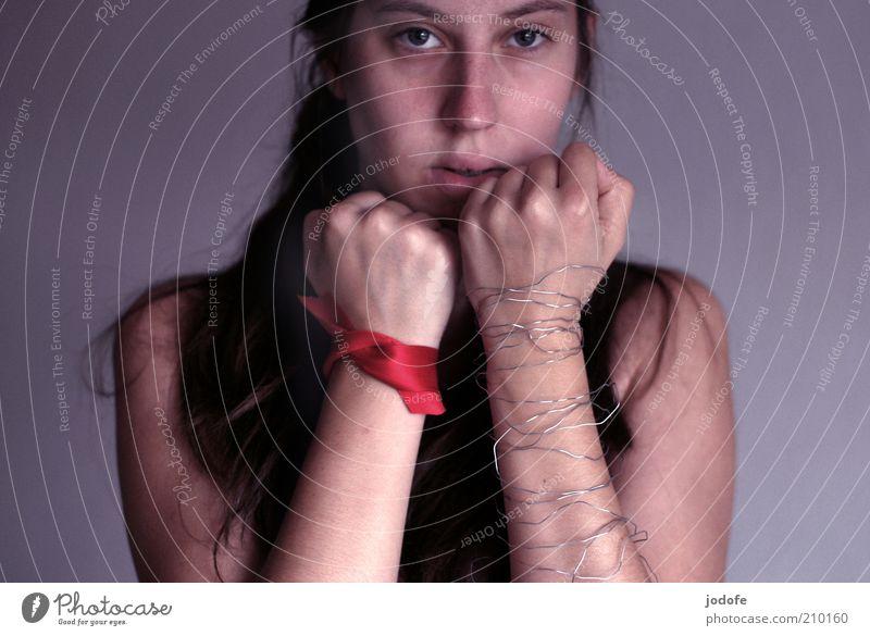 fight for it Mensch Frau Jugendliche Hand rot Erwachsene feminin Traurigkeit Junge Frau Arme 18-30 Jahre trist sportlich Wachsamkeit silber kämpfen