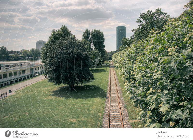 [PC-Usertreffen FFM] #1 Stadtzentrum Hochhaus Park Ferne entdecken innovativ Gleise Wasserfahrzeug Baum Rasen Frankfurt am Main Hessen Sommer Wolken Fluchtpunkt