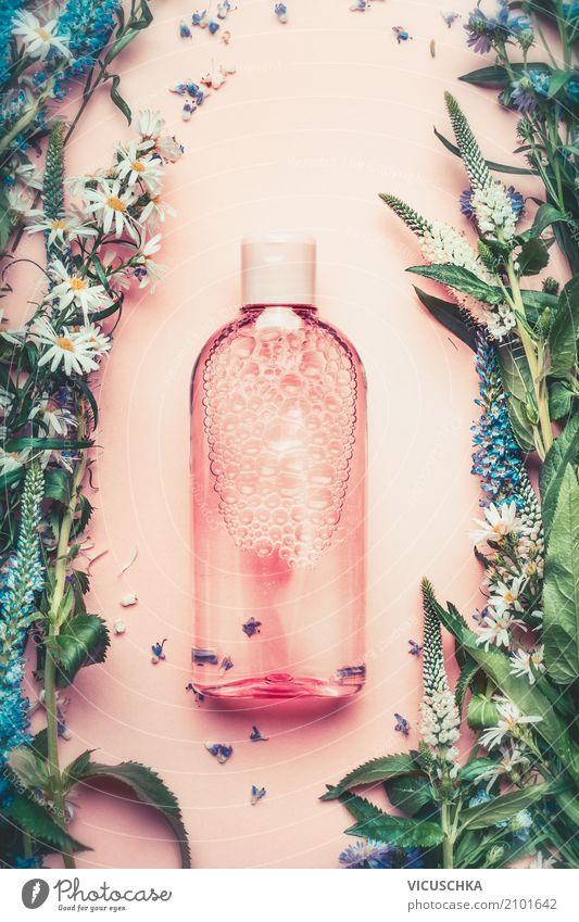 Natur Kosmetik Flasche mit Pflanze und Blumen Lifestyle kaufen Stil schön Körperpflege Parfum Gesundheit Spa Massage Rose rosa Design rein liquide Serum