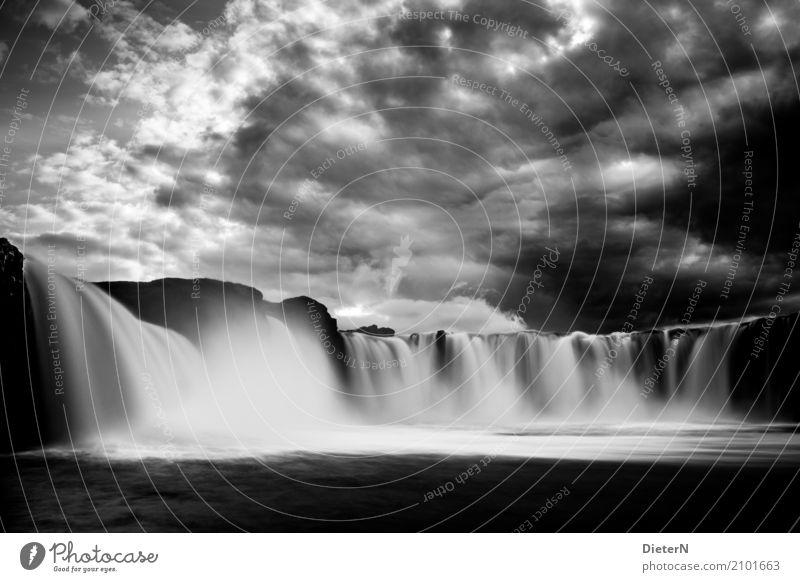 Im Fluss Umwelt Landschaft Himmel Wolken Gewitterwolken Klima Wetter schlechtes Wetter Unwetter Wasserfall Godafoss grau schwarz weiß Island dramatisch Felsen
