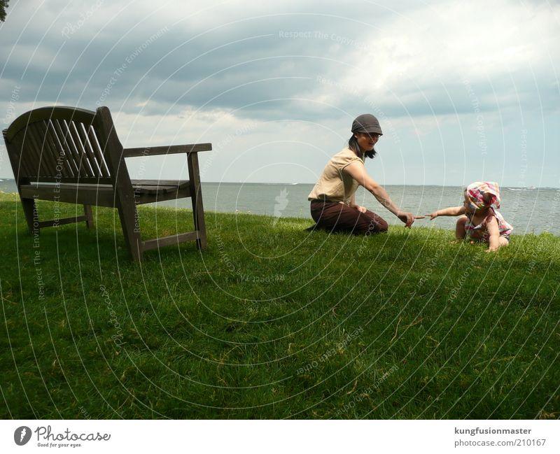 Mutter und Baby Junge Frau Jugendliche Erwachsene Familie & Verwandtschaft Kindheit 2 Mensch 0-12 Monate Garten See Hut Kopftuch berühren Spielen Fröhlichkeit