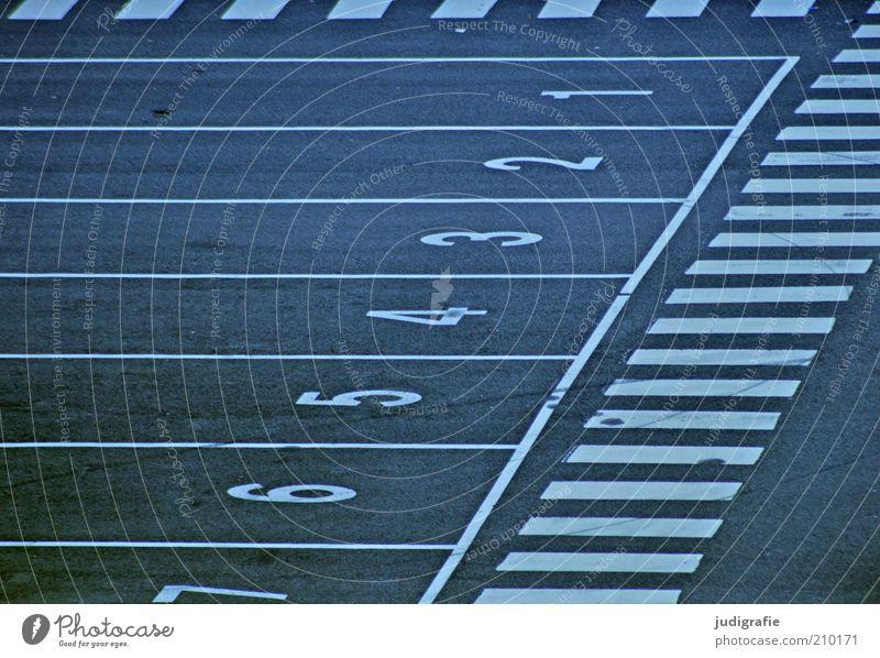Färöer Zeichen Schriftzeichen Ziffern & Zahlen Schilder & Markierungen Ordnung Linie Geometrie zählen 1 2 3 4 5 6 7 Zebrastreifen Asphalt Farbfoto Außenaufnahme