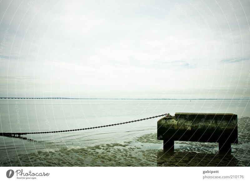Sehnsucht Lissabon Tejo nass Fernweh Endzeitstimmung Horizont Unendlichkeit Verfall schlammig Wasser Flussufer Kette Ferne Gedeckte Farben Außenaufnahme