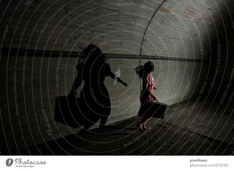 Lauf! Lauf so schnell du kannst! [.] feminin Junge Frau Jugendliche Erwachsene 1 Mensch Tunnel Bauwerk Mauer Wand Straße Bekleidung Rock Accessoire Koffer