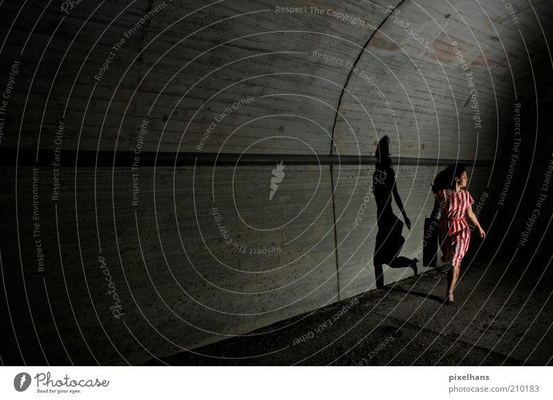Lauf! Lauf so schnell du kannst! [..] feminin Junge Frau Jugendliche Erwachsene 1 Mensch 18-30 Jahre Menschenleer Tunnel Bauwerk Mauer Wand Rock Koffer Beton