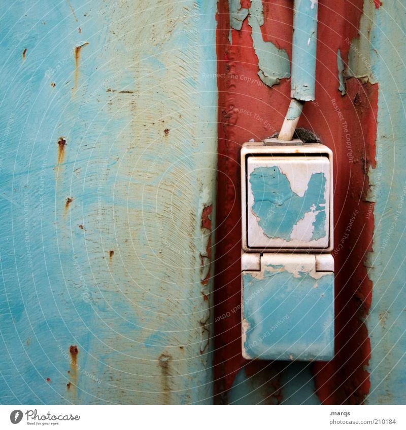 Push the Button Schalter Lichtschalter Steckdose Metall blau rot Farbe Verfall Vergänglichkeit Rost Farbfoto Nahaufnahme Textfreiraum links Installationen