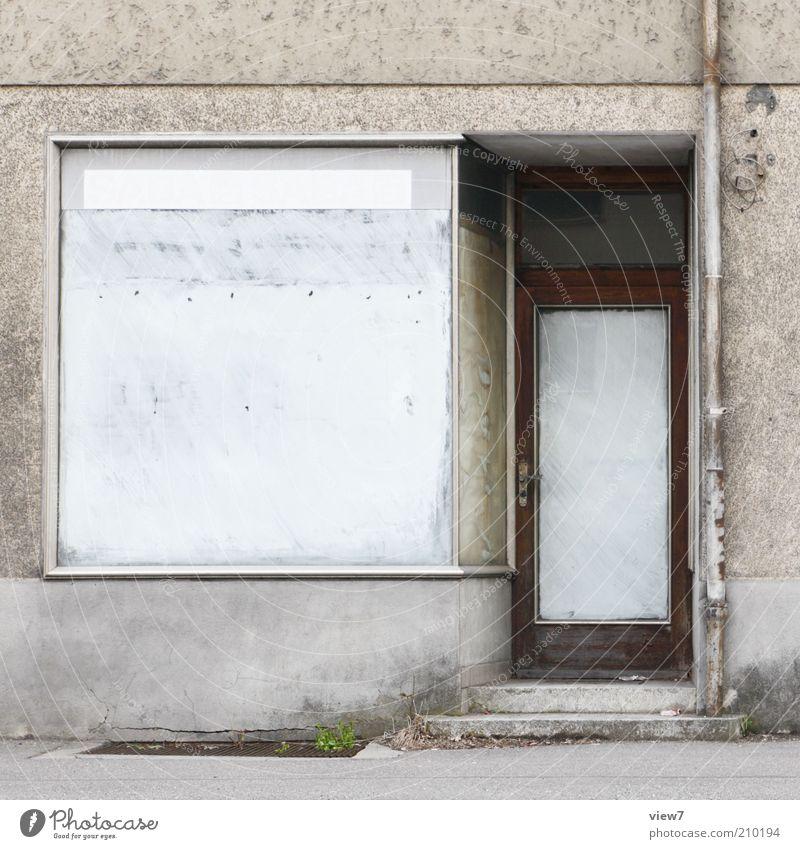 abgeschlossen Haus Fassade Fenster Tür alt dreckig authentisch Klischee trashig Ende Verfall Vergangenheit Vergänglichkeit Schaufenster Ladengeschäft