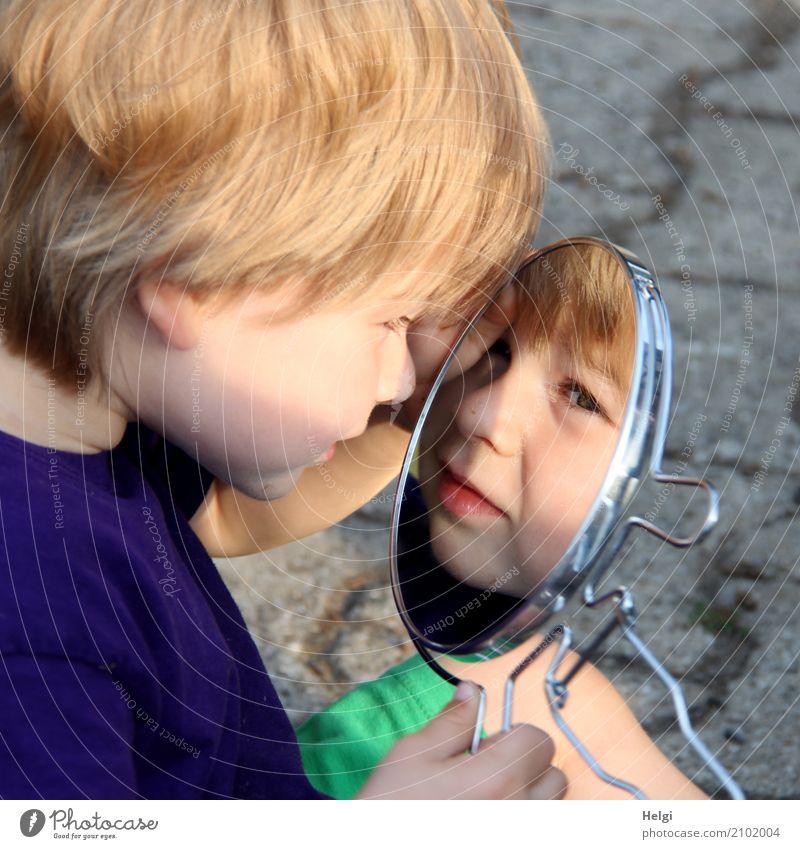kleiner Junge schaut in einen Spiegel und sieht sein Gesicht Mensch maskulin Kleinkind Kindheit 1 1-3 Jahre Bekleidung T-Shirt blond Pflastersteine festhalten