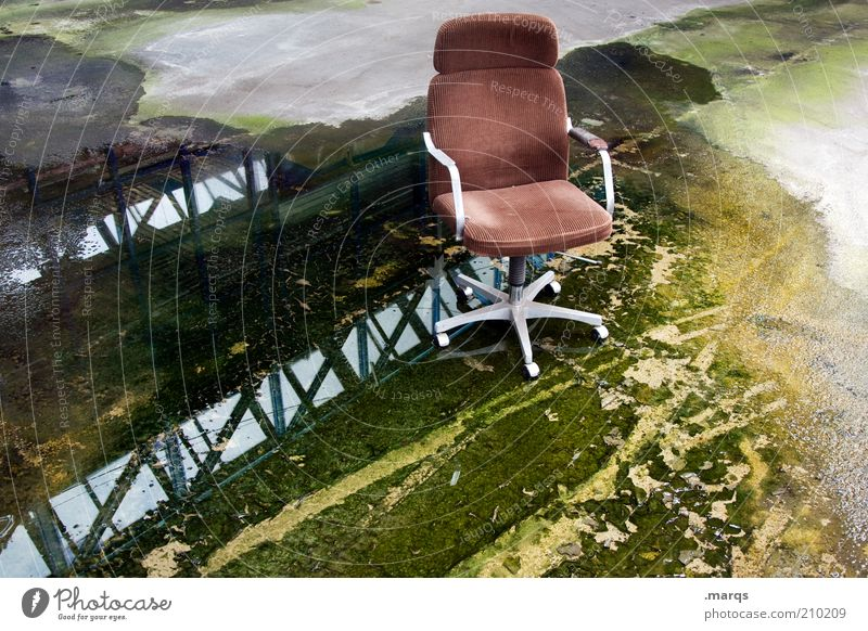 Armchair alt Einsamkeit Erholung Stil Business braun dreckig nass leer Lifestyle kaputt Wandel & Veränderung Stuhl außergewöhnlich Vergänglichkeit feucht