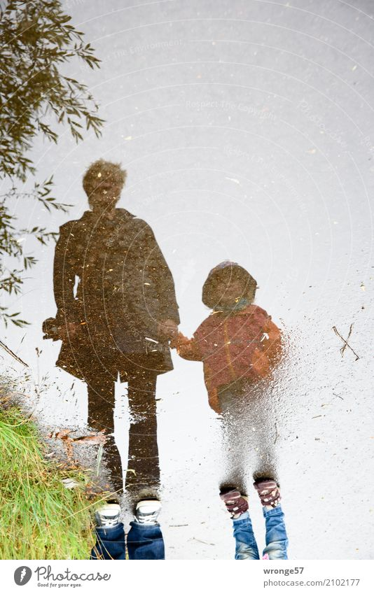 Regenwanderer Ausflug Sommer Mensch feminin Kind Mädchen Frau Erwachsene Weiblicher Senior Großmutter 2 1-3 Jahre Kleinkind 45-60 Jahre stehen warten nass blau
