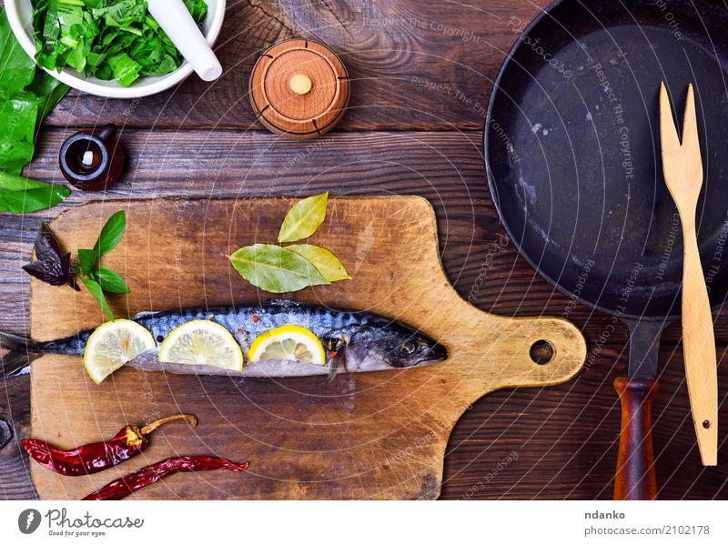 frische Makrele Meeresfrüchte Kräuter & Gewürze Ernährung Mittagessen Abendessen Diät Pfanne Löffel Tisch Küche Restaurant Gastronomie Tier Holz dunkel