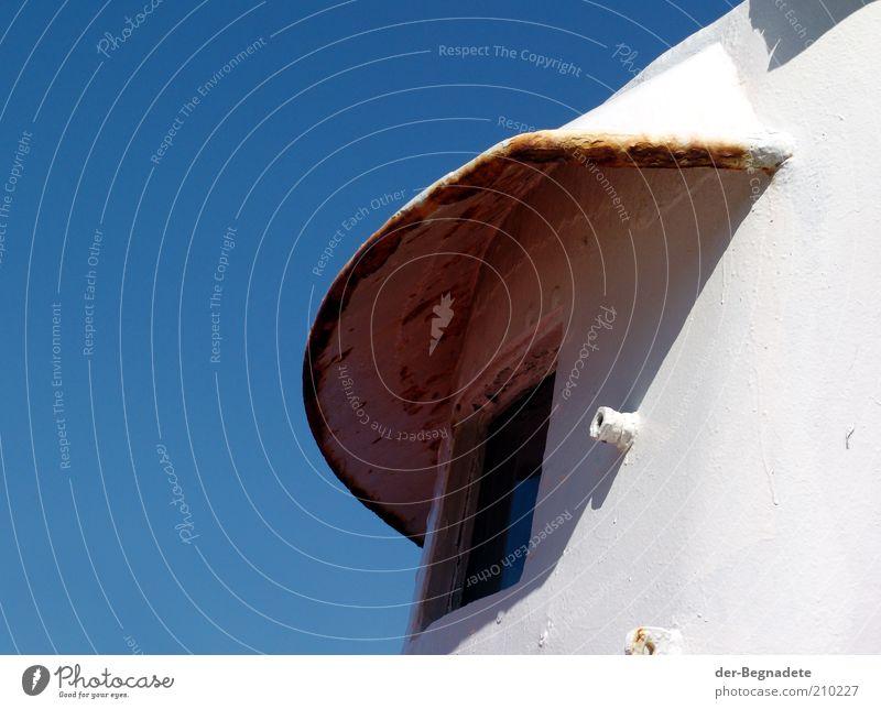 Ausblick ins Blaue alt Himmel weiß blau Fenster Sicherheit Dach einfach Schutz Vergänglichkeit beobachten Stahl Verfall Rost Vergangenheit Wachsamkeit