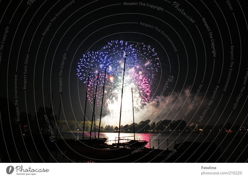 Freudenfeuerwerk zum 300sten Himmel Wasser schwarz dunkel See hell Wasserfahrzeug Feste & Feiern Urelemente Hafen Silvester u. Neujahr Seeufer Feuerwerk erleuchten Abgas Nachthimmel
