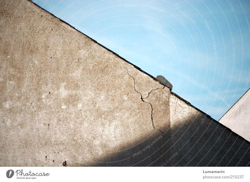 Normalität alt Haus Wand Gebäude Mauer dreckig Fassade Ordnung Armut kaputt trist bedrohlich Häusliches Leben Dach Vergänglichkeit einfach