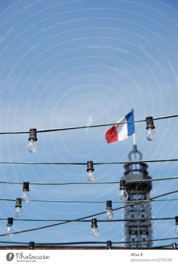 Paris Feste & Feiern Turm Fahne Paris Laterne Glühbirne Hauptstadt wehen Frankreich Lampion Lichterkette Republik Patriotismus Turmspitze Nationalflagge Tricolore