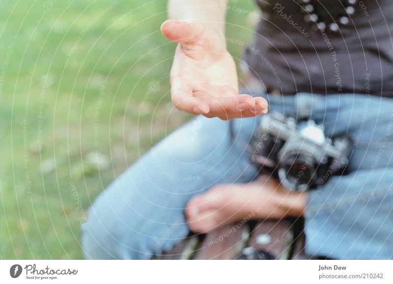 Her damit! Mensch Hand Fuß Freundschaft Zusammensein Freizeit & Hobby sitzen Finger Hilfsbereitschaft Sicherheit Neugier Jeanshose Fotokamera Schönes Wetter
