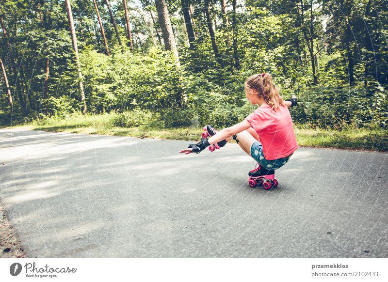 Rollschuh des jungen Mädchens, das unten auf eine Forststraße eisläuft Lifestyle Freude Glück Erholung Ferien & Urlaub & Reisen Freiheit Sommer Sport Kind
