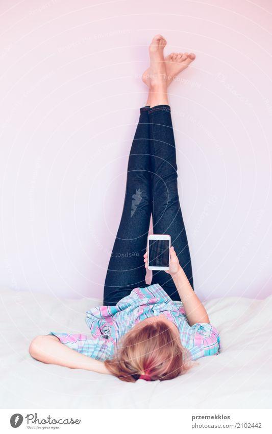 Junges gril, das den Handy liegt auf Bett verwendet Lifestyle schön Spielen Schlafzimmer Kind Telefon Technik & Technologie Mensch Mädchen Leben 1 13-18 Jahre