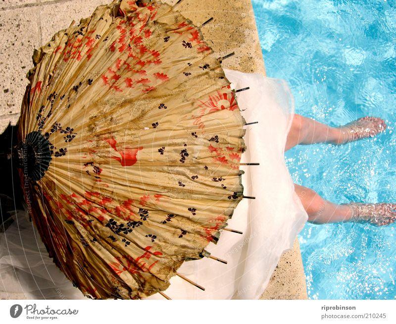 Mensch ruhig Erholung feminin Zufriedenheit sitzen Schwimmbad Gelassenheit Lebensfreude Sonnenschirm Terrasse friedlich Freude Hochzeitsgesellschaft