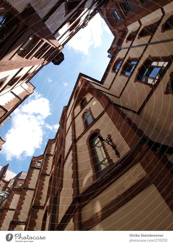 Speicherstadt Himmel Haus Fenster Gebäude Hamburg Fassade Ecke Tourismus außergewöhnlich Denkmal Vergangenheit Stadt historisch aufwärts Museum Hinterhof