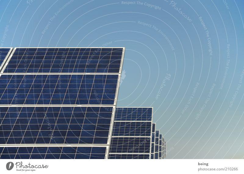 solar Energie Energiewirtschaft Elektrizität Zukunft Technik & Technologie Wissenschaften Sonnenenergie Reihe Geometrie Umweltschutz Industrieanlage Symmetrie nachhaltig Stromkraftwerke industriell Fortschritt