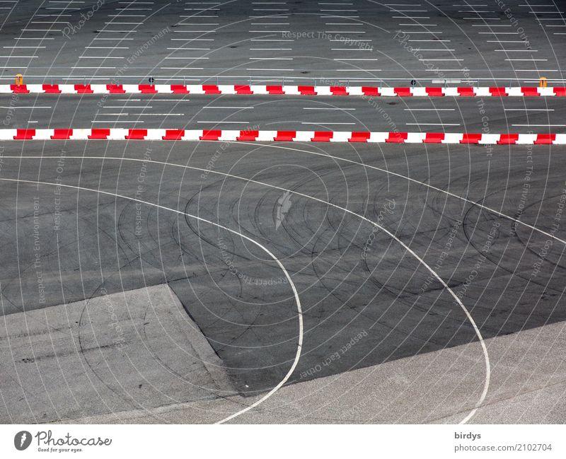 Linienführung Verkehr Verkehrswege Autofahren Wege & Pfade Verkehrszeichen Verkehrsschild Fährhafen Zeichen Streifen Kurve authentisch grau rot weiß Bewegung