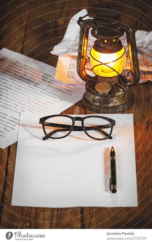 Vintage Sachen auf alten Holztisch, Stil Design Leben Lampe Schreibtisch Kunst Buch Papier Schreibstift Metall Rost schreiben dreckig dunkel retro braun weiß
