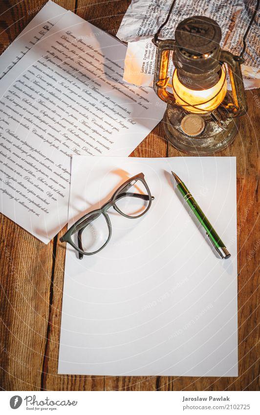 Vintage Sachen auf alten Holztisch, weiß dunkel Leben Stil Kunst Lampe braun Design Metall dreckig retro Buch Papier schreiben