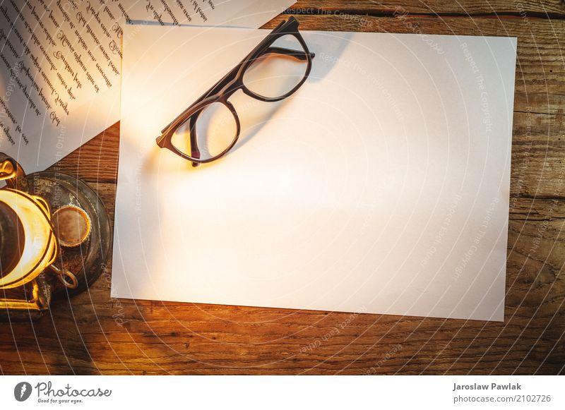 Weißbuch auf einem Holztisch mit Gläsern, alte Lampe Stil Leben Tisch Büro Business Papier Metall Rost schreiben hell retro schwarz weiß Nostalgie Tradition
