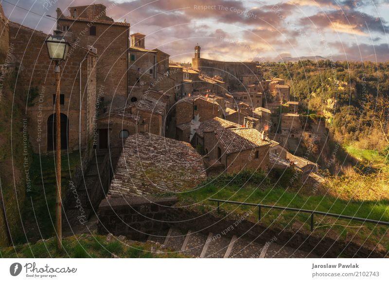 Schöne mittelalterliche Stadt in der nördlichen Toskana, Sorano Himmel Natur Ferien & Urlaub & Reisen grün Baum Landschaft Haus Wolken Architektur Straße