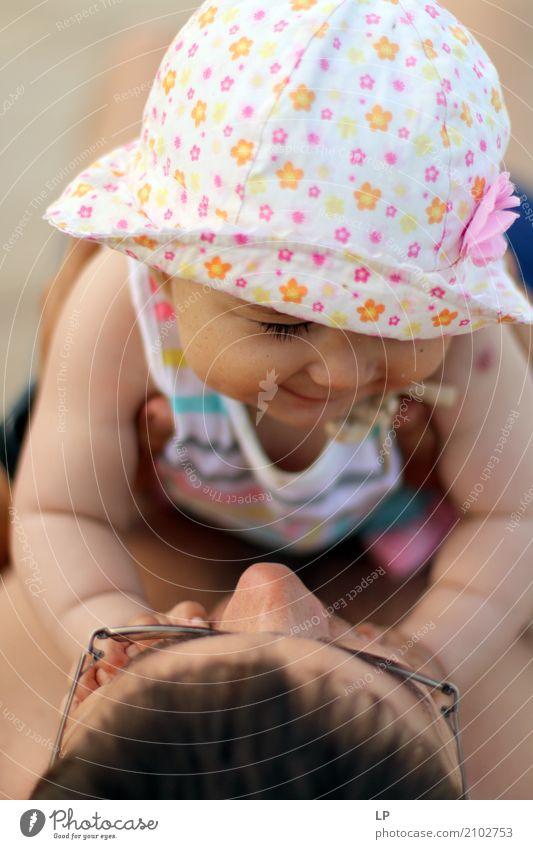Vater und Tochter Lifestyle Kindererziehung Mensch maskulin feminin Baby Kleinkind Familie & Verwandtschaft Partner Kindheit Erwachsene Leben berühren Lächeln