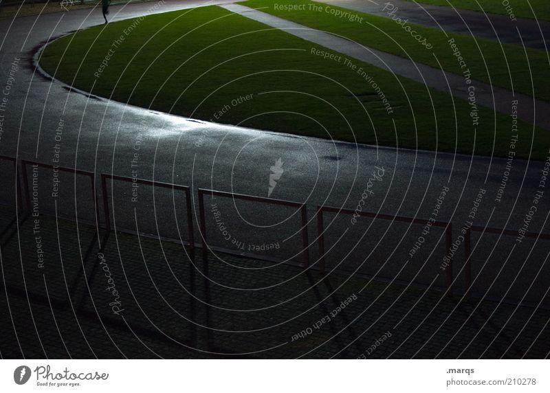 Läufer Mensch Einsamkeit Sport dunkel kalt Gras Beine nass rennen Lifestyle trist Rasen Asphalt Fitness Zaun sportlich