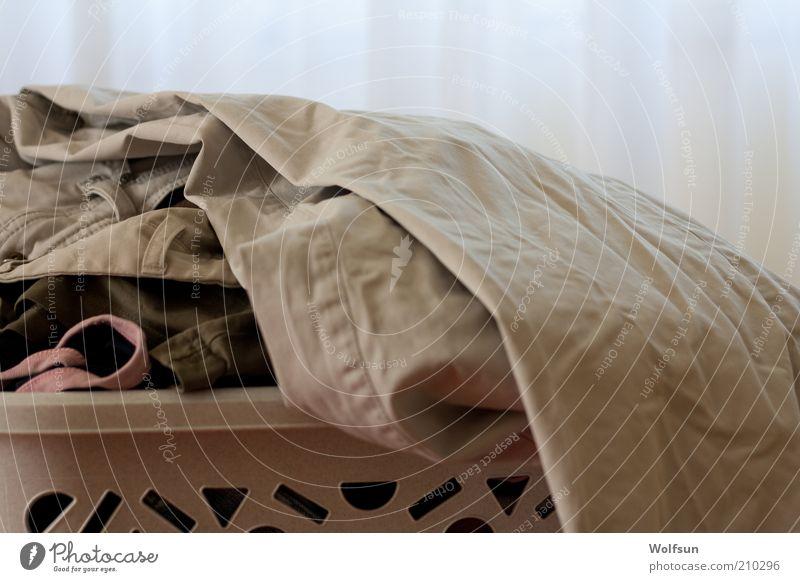 Wäschekorb Bekleidung Hose hell Sauberkeit grau weiß Reinlichkeit rein Textilien Farbfoto Innenaufnahme Menschenleer Sonnenlicht Haufen Waschtag Tag