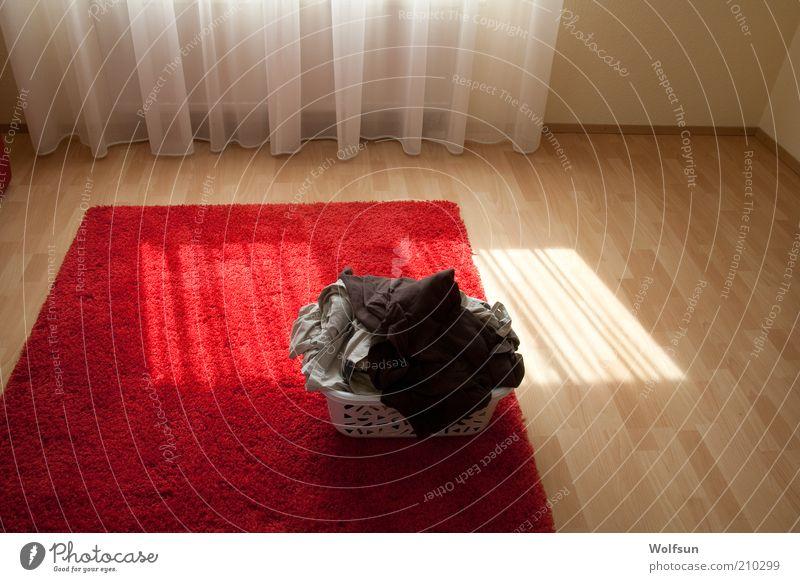 Mein Wäschekorb wartet Häusliches Leben Bekleidung Linie leuchten Sauberkeit trocken Wärme rot weiß Teppich Textilien hell Farbfoto Innenaufnahme Menschenleer