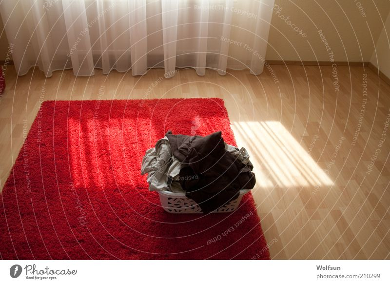 Mein Wäschekorb wartet weiß rot Wärme Linie hell Bekleidung Sauberkeit Häusliches Leben leuchten trocken Stillleben Wäsche waschen Teppich Textilien Haufen