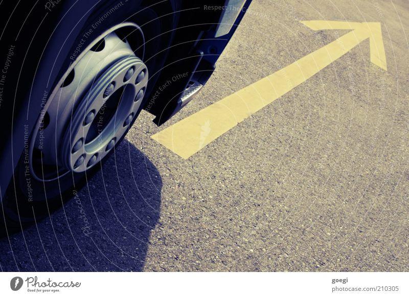 Schwerverkehr gelb Straße Bewegung Schilder & Markierungen Beginn Verkehr Wachstum Geschwindigkeit fahren Güterverkehr & Logistik Asphalt vorwärts Zeichen Pfeil Lastwagen Rad