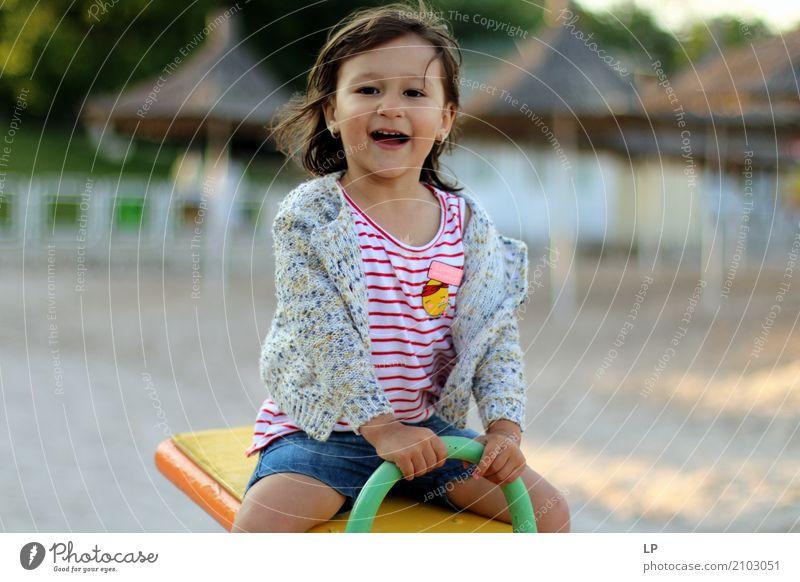 Glückliches Mädchen spielt Lifestyle Freizeit & Hobby Spielen Kinderspiel Kindererziehung Bildung Kindergarten Schule Schulhof Schulkind Mensch Eltern