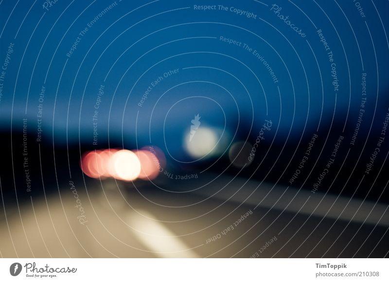Nach Hause blau Straße dunkel Linie Verkehr Autobahn Verkehrswege Autofahren unterwegs Orientierung Heimweh Lichtpunkt Dämmerung Sehvermögen verkehrsarm Lichtfleck