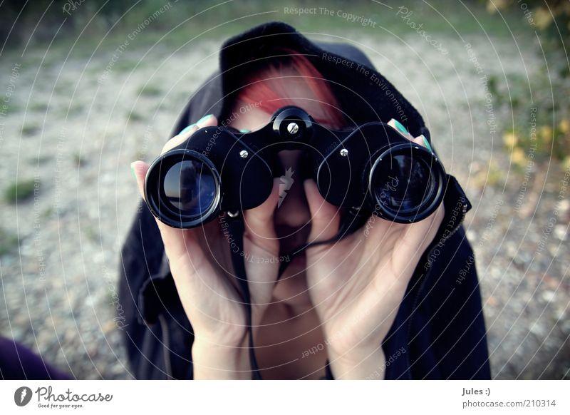 Weltblick Nagellack Mensch feminin Frau Erwachsene 1 Natur Schönes Wetter Jacke rothaarig Fernglas entdecken Blick außergewöhnlich Neugier Farbe petrol Farbfoto