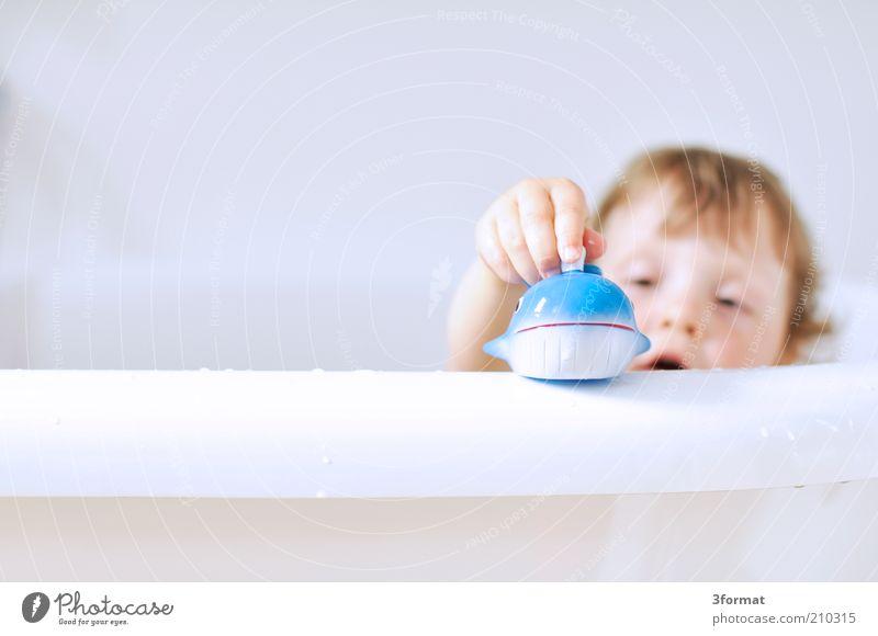 BAD Freude Glück Körperpflege Schwimmen & Baden Kind Mädchen Kindheit Gesicht Hand Finger 1 Mensch 1-3 Jahre Kleinkind Duft Blick Spielen Wachstum hell