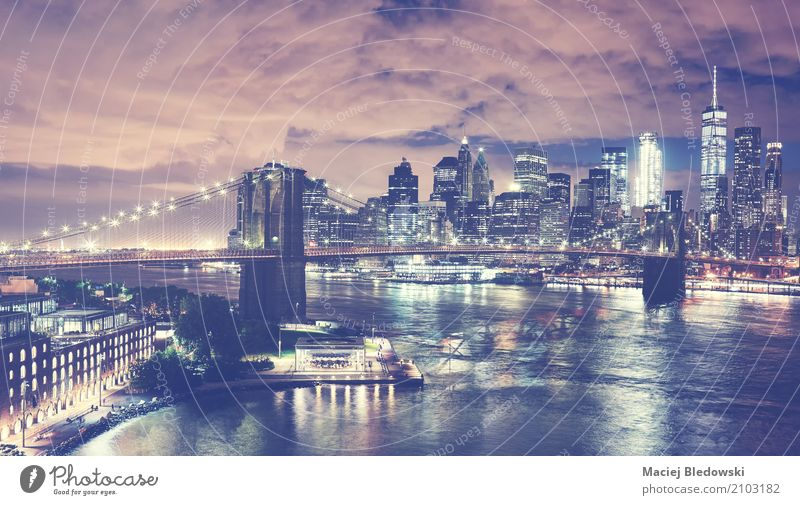 New York City Skyline bei Nacht. Büro Stadtzentrum Hochhaus Brücke Gebäude Architektur Sehenswürdigkeit Wahrzeichen Häusliches Leben Erfolg