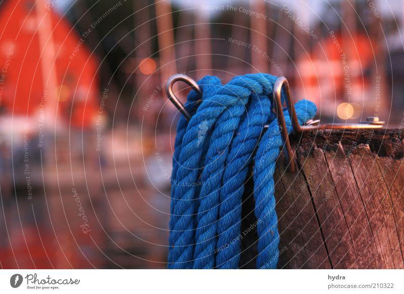 festgemacht Sommer Schönes Wetter Küste Schifffahrt Hafen Jachthafen Seil Holz ästhetisch blau rot Stimmung Sicherheit ruhig Idylle maritim Poller
