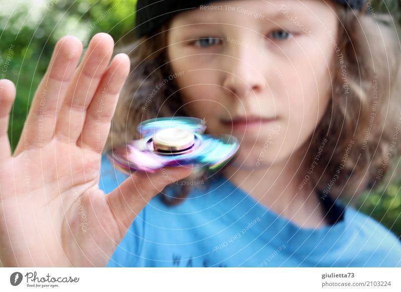 Tempo | Fidget Spinner Hype || Kind Junge Hand Finger 1 Mensch 8-13 Jahre Kindheit Mütze langhaarig Locken Bewegung drehen Erholung Coolness glänzend trendy