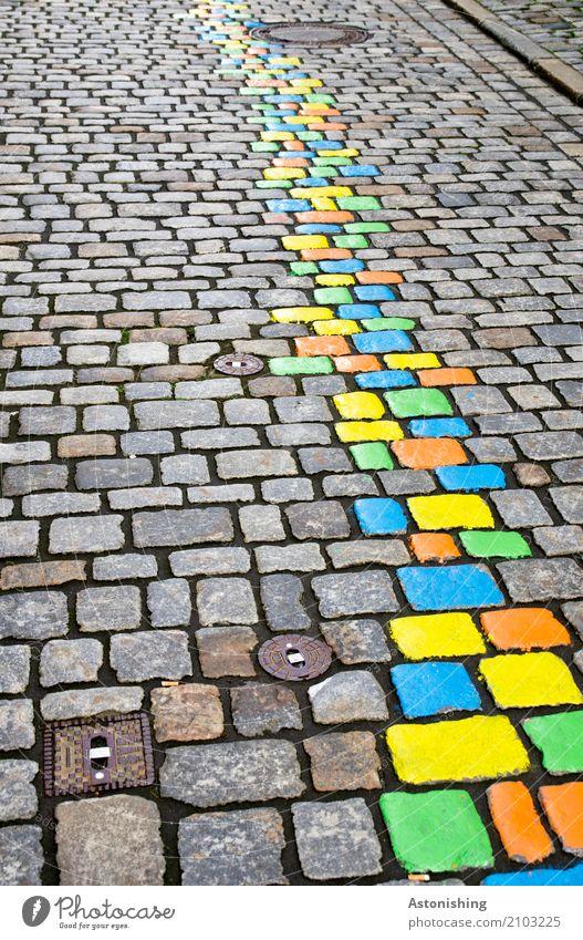 bunte Steine auf der Straße Kunst Maler Natur Passau Stadt Altstadt Platz Verkehr schön blau mehrfarbig gelb grün orange Farbe streichen malen Gully
